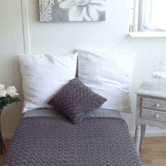 coussin imitation fourrure rosea gris eminza. Black Bedroom Furniture Sets. Home Design Ideas